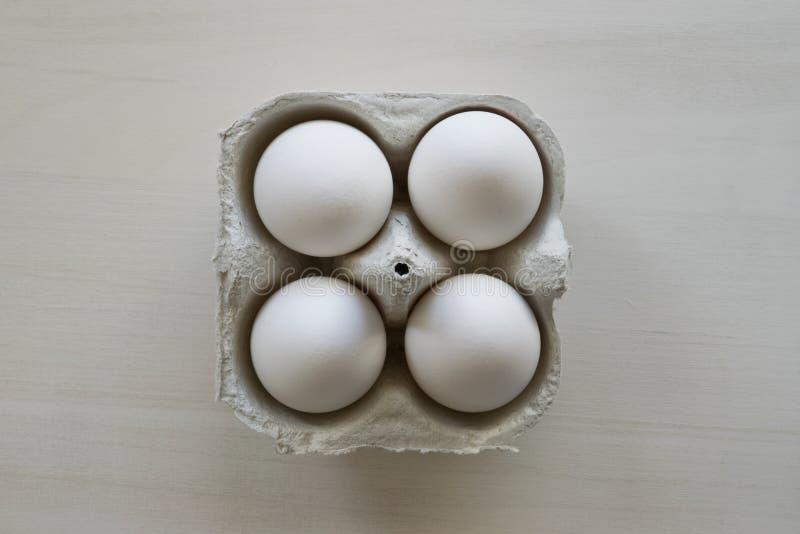 4 белых яйца стоковое фото