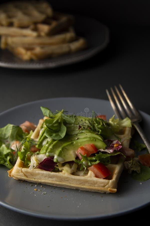 Бельгийские вафли с авокадоом и томатами Идеальный завтрак для здоровой еды или потерять вес стоковые фотографии rf
