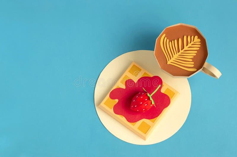 Бельгийские вафли с сиропом ягоды и клубникой, чашкой капучино сделанной из бумаги стоковые фотографии rf