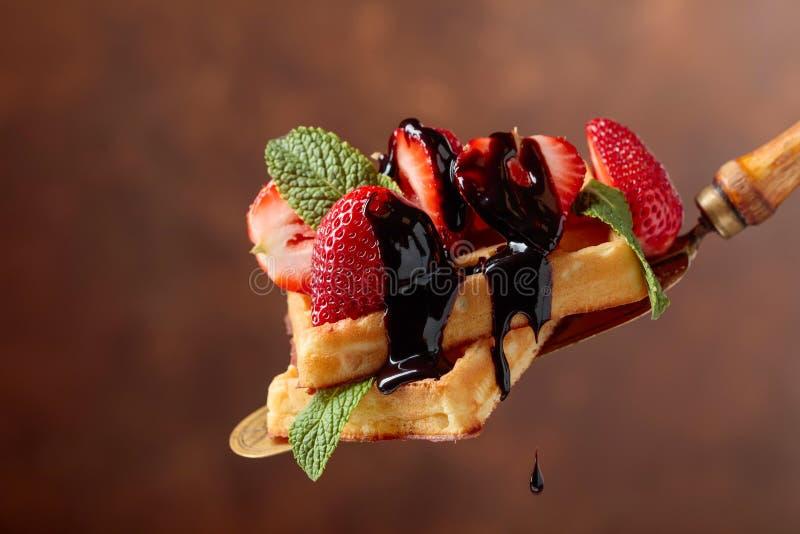 Бельгийские вафли с соусом клубник, мяты и шоколада стоковые изображения rf