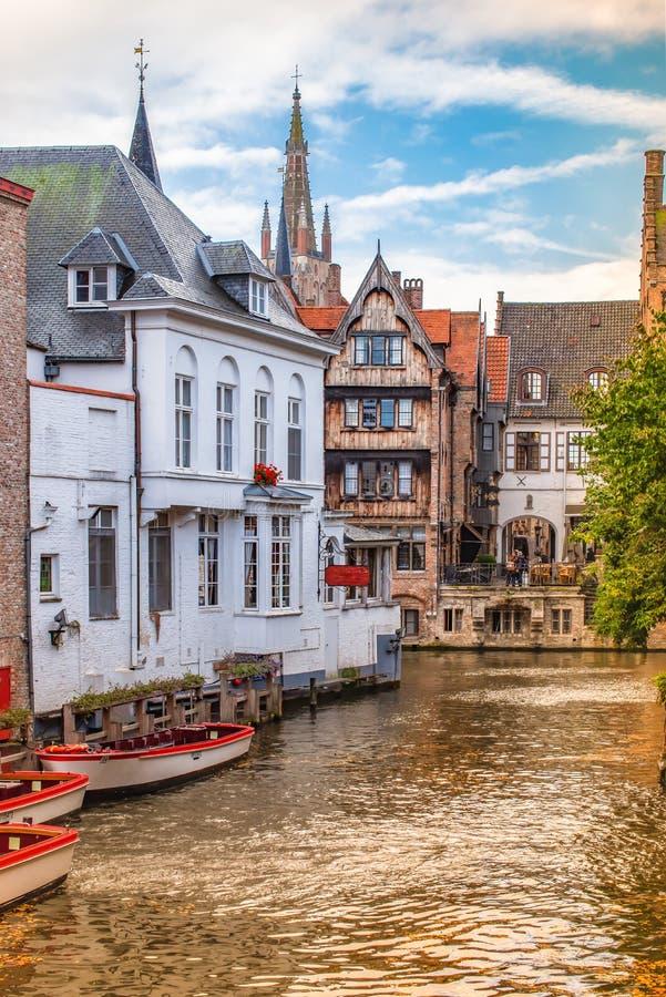 Бельгия bruges Канал с пустыми шлюпками стоковое фото rf
