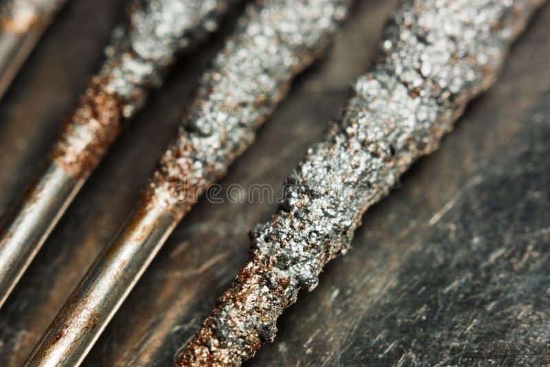 Бенгальский огонь на макросе предпосылки металла стоковые изображения