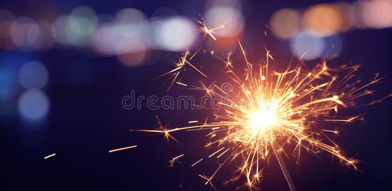 Бенгальский огонь с предпосылкой света bokeh стоковая фотография