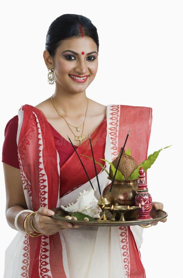Бенгальская женщина держа thali puja стоковые фотографии rf