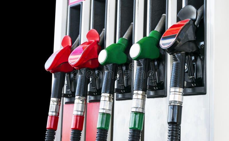 Бензин и дизельный раздатчик на бензоколонке Сопла газового насоса Конец-вверх оружия нефти заполняя на бензоколонке Красочный лю стоковая фотография