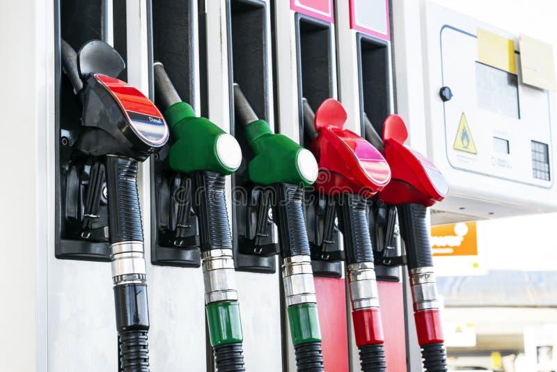Бензин и тепловозный раздатчик на бензоколонке Сопла газового насоса Конец-вверх оружия нефти заполняя на бензоколонке Цветастый  стоковое изображение rf