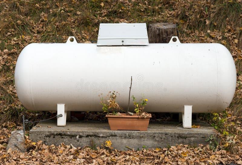 Бензобак пропана в саде стоковое фото