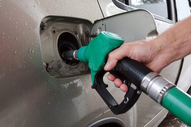 бензозаправочная колонка топлива автомобиля заполняя Заполнять автомобиль с топливом стоковые фото
