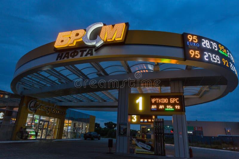 Бензозаправочная колонка BRSM вечером в Boryspil, Украине стоковая фотография rf