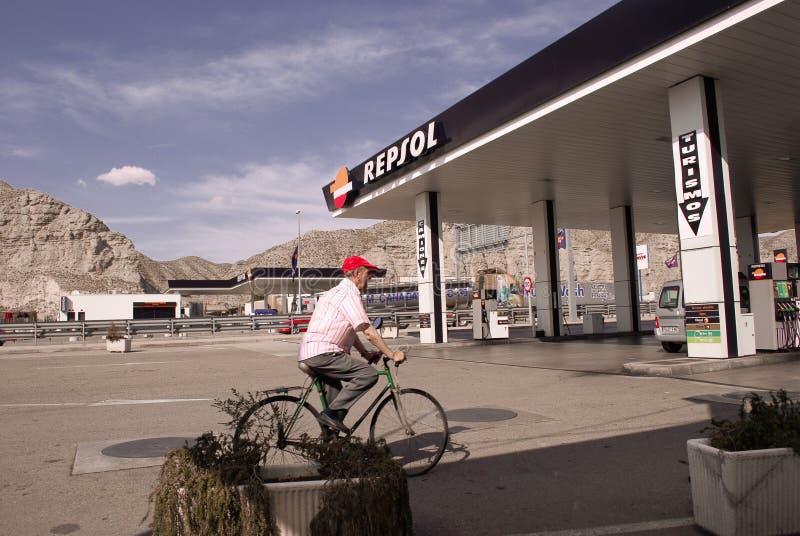 Бензозаправочная колонка Repsol с старшим скрещиванием велосипедиста стоковые фотографии rf