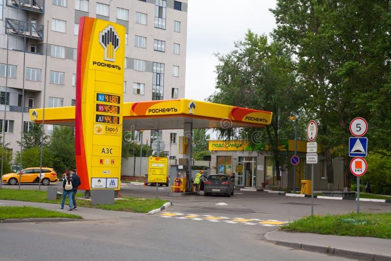 Бензоколонка нефти, автомобили, дорожные знаки и люди 24 07 2018 стоковая фотография