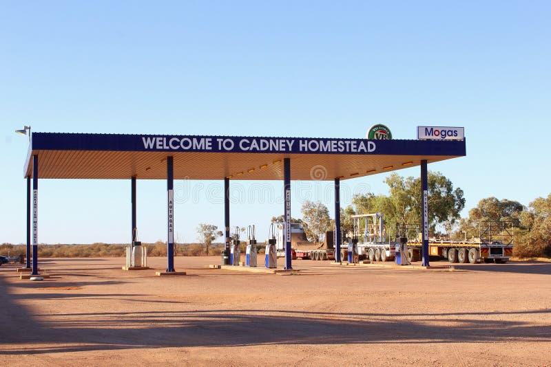 Бензоколонка усадьбы Cadney и придорожный ресторан, шоссе Stuart, Австралия стоковое фото