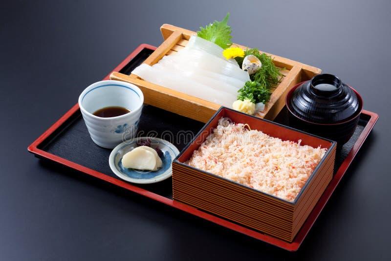 Бенто суш и риса кальмара на черной предпосылке стоковое изображение rf