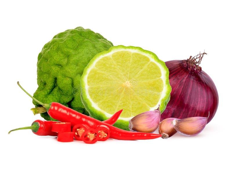 Бергамот, перец красного chili, лук и чеснок изолированные на белой предпосылке стоковые фото