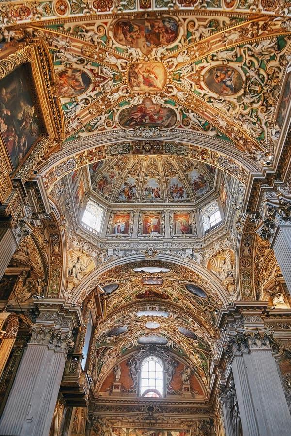 Бергамо, Италия - 18-ое августа 2017: Di Santa Maria Maggiore базилики ` s Бергама, богато украшенный интерьер золота стоковые фото