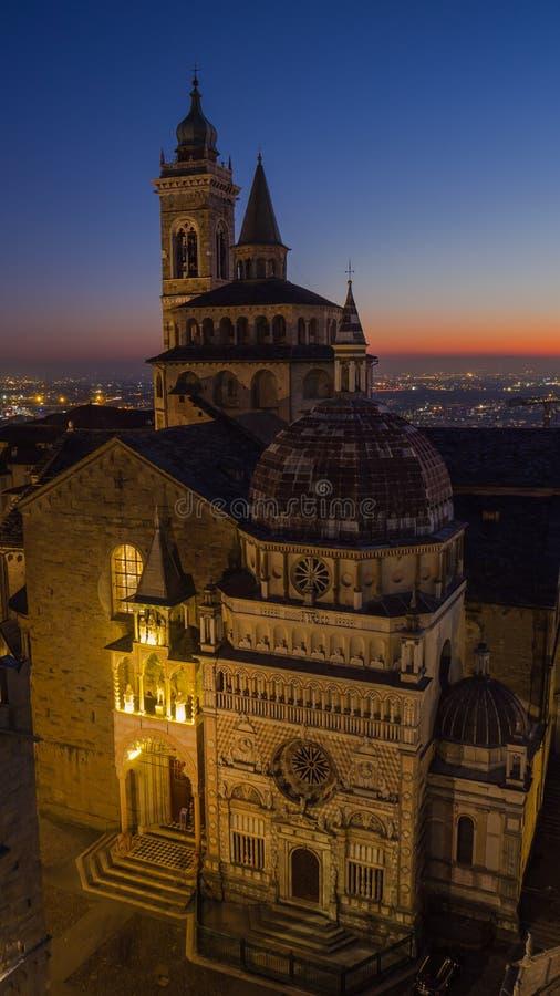 Бергамо, старый город, вид с воздуха базилики Santa Maria Maggiore и часовня Colleoni во время захода солнца стоковое фото rf