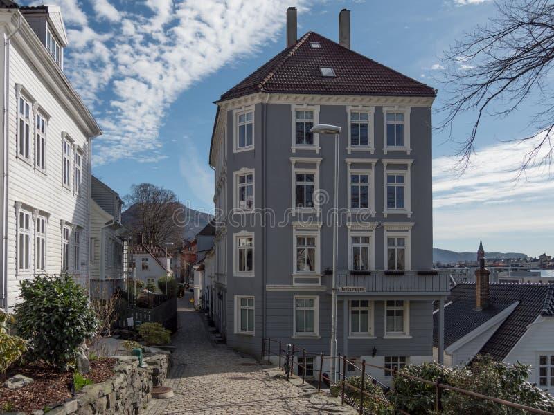 Берген, Норвегия - март 2017: Взгляд улицы дороги кирпича между t стоковое изображение rf