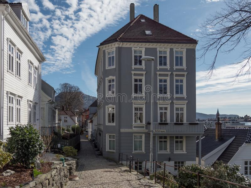 Берген, Норвегия - март 2017: Дорога кирпича между старой синью стоковые изображения rf