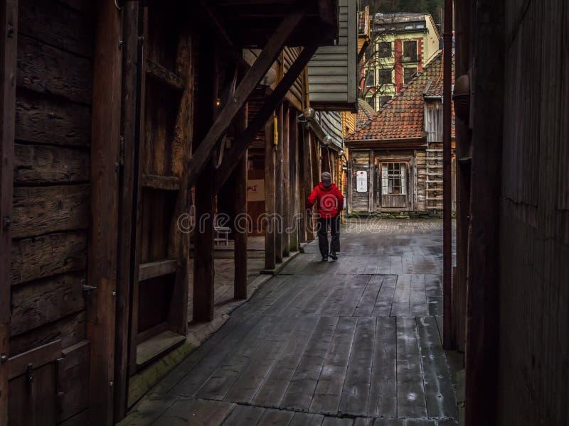 Берген, Норвегия - март 2017: Человек в проходе красной прогулки внутреннем b стоковые фотографии rf
