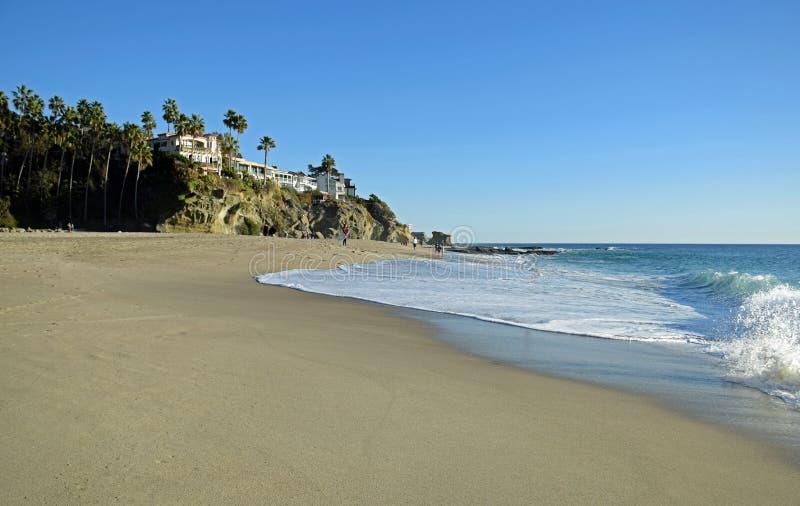 Береговая линия к югу от пляжа Aliso в пляже Laguna, Калифорнии стоковые изображения rf