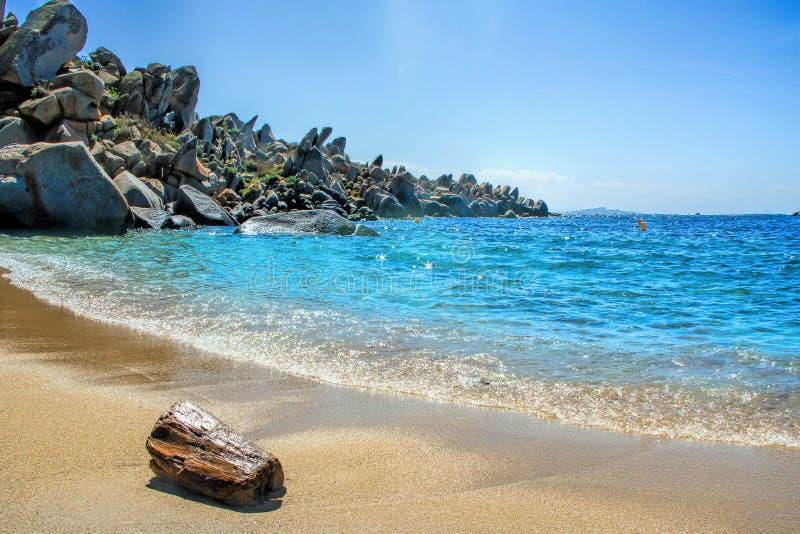 Береговая линия островов Lavezzi скалистая стоковое изображение