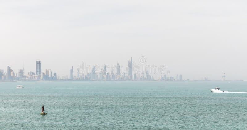 Береговая линия и горизонт ` s Кувейта стоковые изображения rf