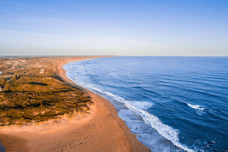 Береговая линия океана на заходе солнца стоковое фото