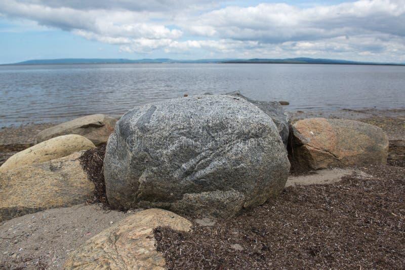 Береговые породы Ньюфаундленд вида на океан гор большие стоковые изображения