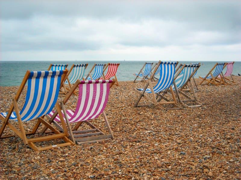 берег Англии стулов brighton пляжа стоковое изображение