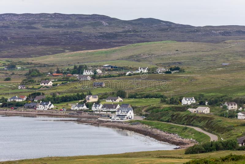 Берег залива Aultbea с гостиницой Aultbea в фронте, NW Шотландии стоковые изображения
