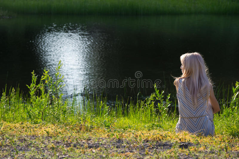 берег мечтая девушки стоковое фото rf