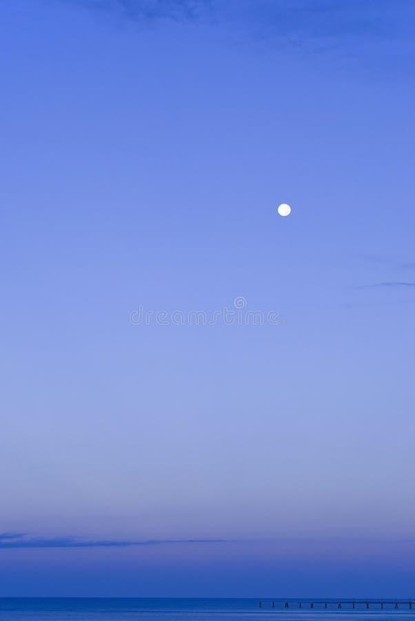 берег моря вечера стоковое изображение rf