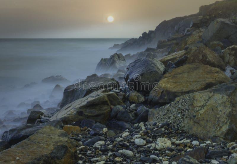Берег моря на подъеме солнца стоковое изображение