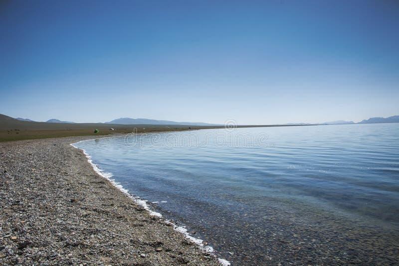 Берег озера в погоде раннего утра, тихих и windless стоковое фото