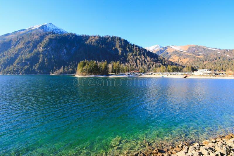 Берег озера на озере Achensee во время wintertime в Австрии стоковые изображения