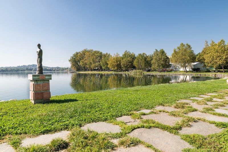 Берег озера Gavirate и озеро Варезе, провинция Варезе, Италии стоковые изображения