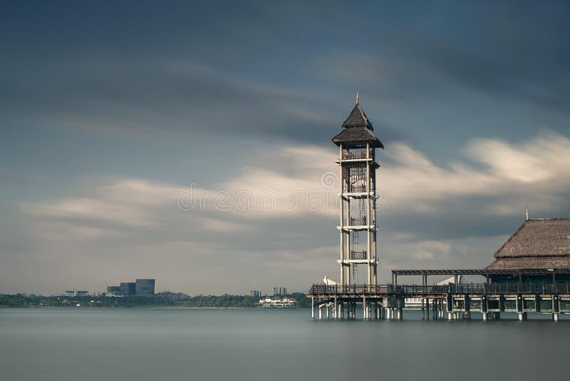 Берег озера Putra Jaya стоковая фотография