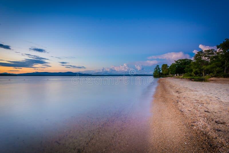 Берег озера Winnipesaukee на заходе солнца, на равенстве положения Ellacoya стоковые фотографии rf