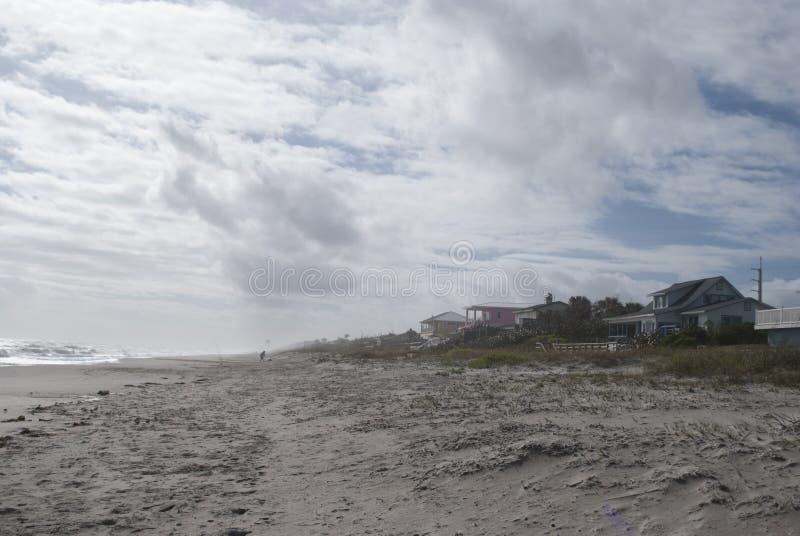 Берег океана Дома пляжа предпосылка тропическая земля интереса стоковое изображение