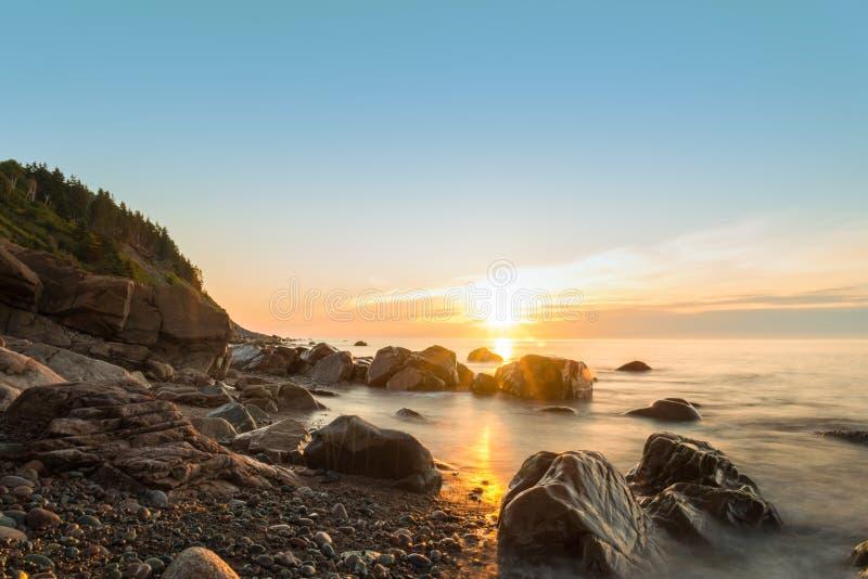 Берег океана на восходе солнца стоковое изображение