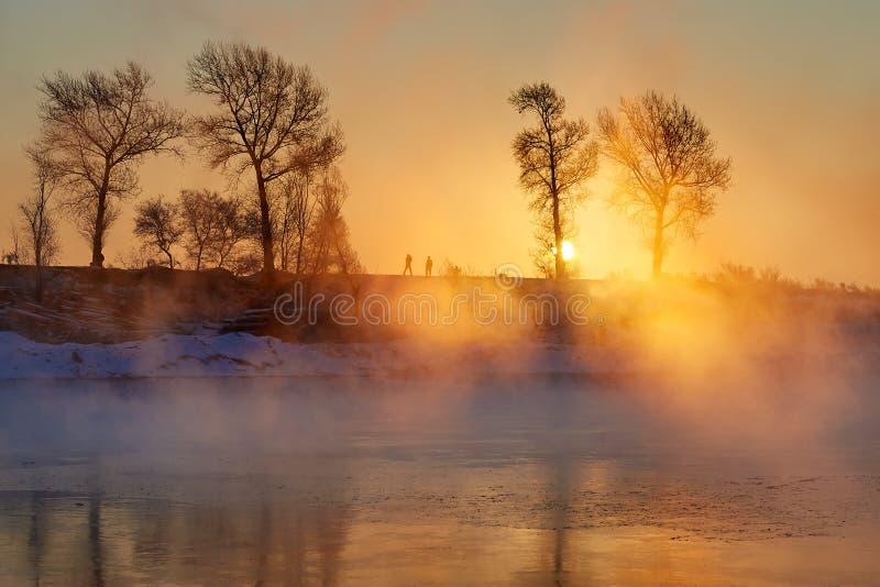 Берег реки восхода солнца (деревня Хана) стоковые фото