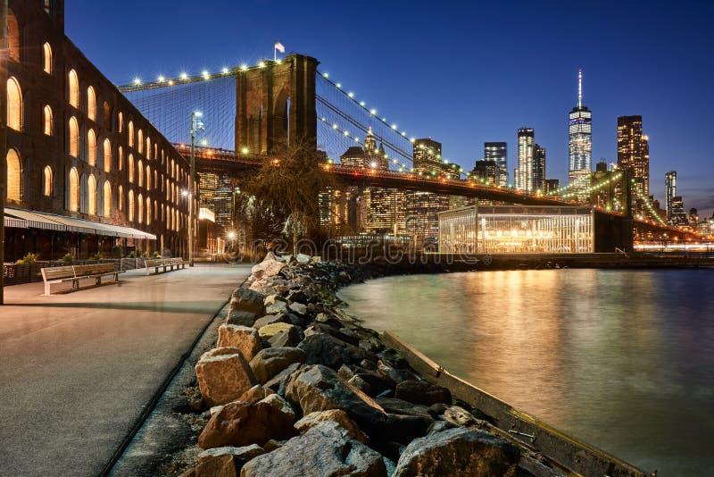 Берег реки парка Бруклинского моста и более низкое Манхаттан на сумерк Бруклин, Манхаттан, Нью-Йорк стоковое фото