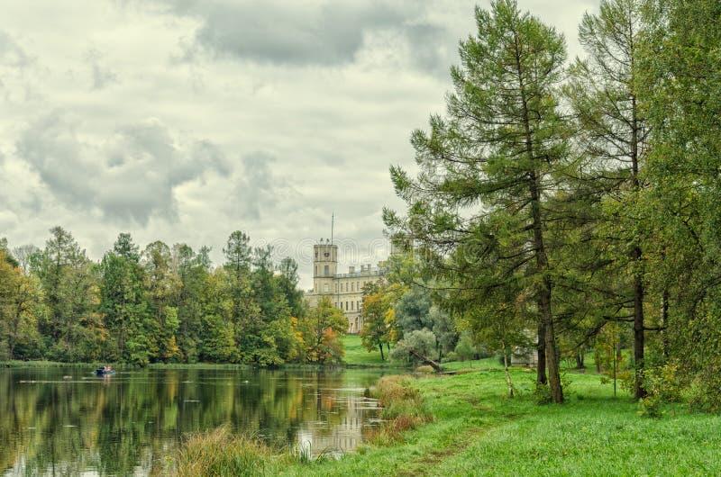 Берег серебряного озера и большого дворца в Gatchina стоковые фотографии rf