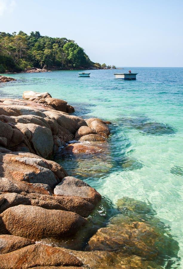Берег утеса острова и голубого моря стоковые фото