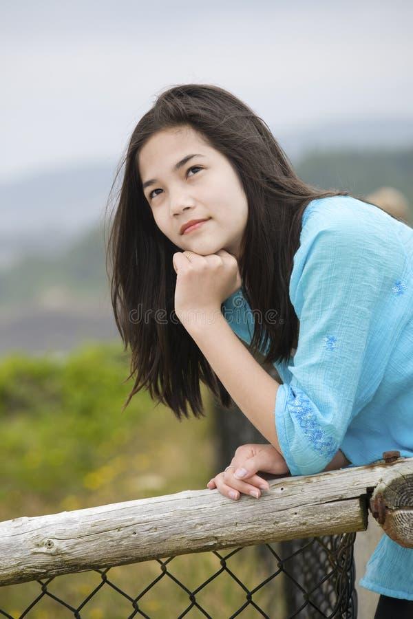 берег preteen океана взгляда девушки заботливый стоковые изображения rf