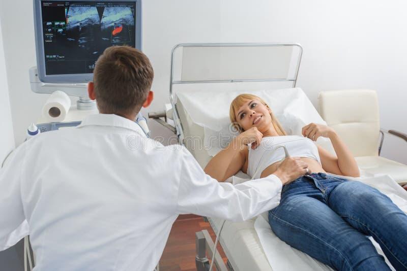 Беременная дама pacient на рассмотрении ultrasonography стоковое изображение