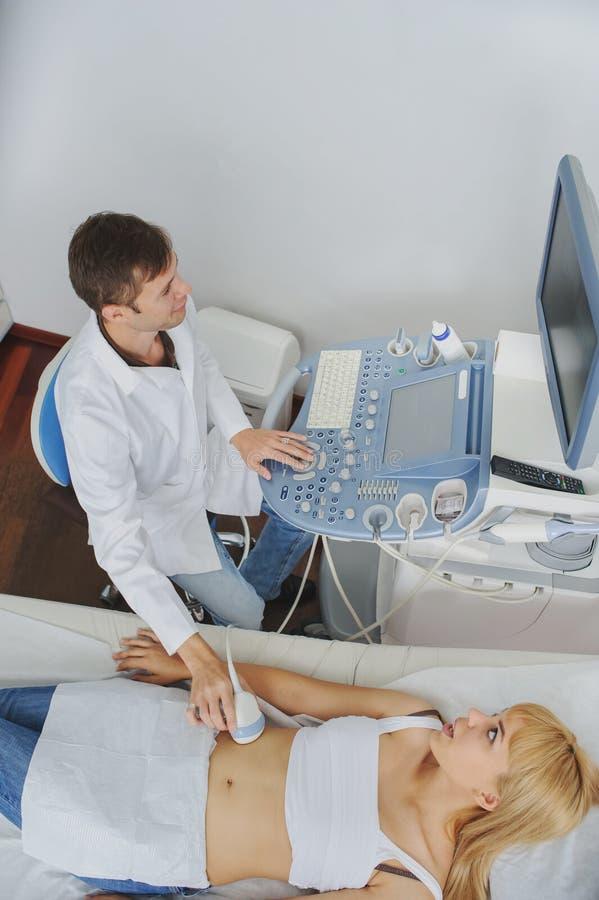 Беременная дама pacient на рассмотрении ultrasonography стоковая фотография rf