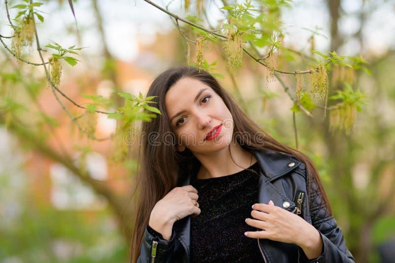 Беременная девушка в саде осени Красивый портрет живота беременной женщины в теплом связанном платье в красочной осени стоковая фотография rf