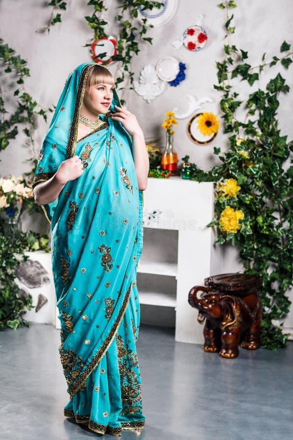 Беременная женщина в индийском сари стоковые изображения