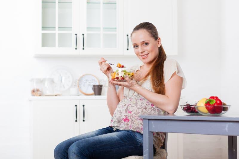 беременная женщина еды здоровая стоковые фотографии rf